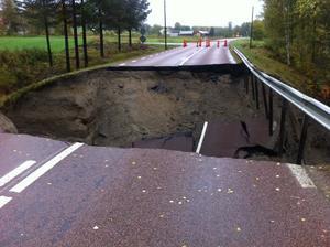 Vägen i Para i Sollefteå, som vi skrivit om tidigare, har rasat ännu mer av vattenmassorna.
