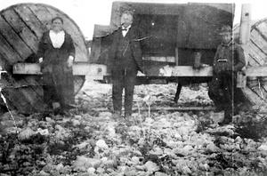 1. Detta 89 år gamla foto, taget på Ingaskär i Stocka, visar de tre ombord på vidundret. I mitten konstruktören själv, J. W. Sandström, dennes hustru Ruth och mekanikern som troligen hette W. Lindström. Foto: Herman Sundberg