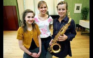 Tre dalatjejer som hoppas kunna satsa på jazzmusik i framtiden. Elin Andersson från Leksand och Viktoria forsman från Bjursås sjunger och Lovisa Mases från Hedmora spelar tenorsax.