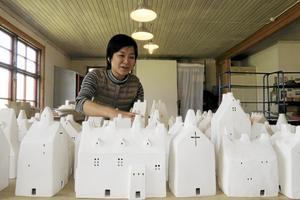 Öländska kyrkor. Hisaku Mizuno tillverkar små vita hus inspirerade av öländska kyrkor.