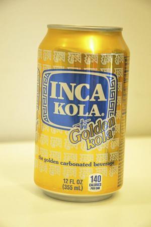 INGET KAFFE. Till tres leches dricks söt peruansk läsk, Inca cola. Smaken påminner om både Champis och Trocadero.
