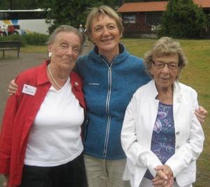 Ulla Tegner med deltagarna Nell Sjöström-Ersson och Anna Nora Julander vid sommarens årliga resa med Röda Korset som i år gick till Värmland.