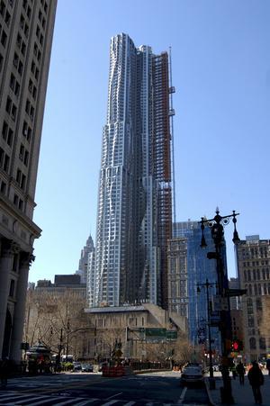 Skyskrapan på Eight Spruce Street ser annorlunda ut beroende på var man står.
