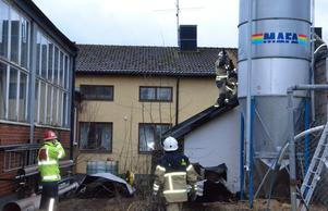 En brand bröt ut i ett pannrum i en byggnad intill gamla Åsbrohemmet strax innan klockan halv elva på förmiddagen. Efter att branden släckts bröt brandmännen upp taket för att ventilera pannrummet.