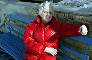 Foto: LEIF JÄDERBERG Håller tummarna. Maj Eriksson, 84 i år, hoppas Brynäs håller sig kvar i Elitserien.