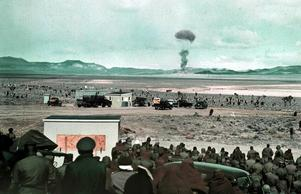 Miltärer observerar en testsprängning av en atombomb 1955,