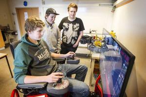 Olle Kjellman, Marcus Nilsson och Adam Elsert lär sig köra skogsmaskin, ett eftertraktat yrke på arbetsmarknaden.