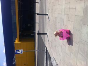 Det tar på krafterna att gå på IKEA så när vi kom ut tog Elsa en paus i sin nyinköpta back.