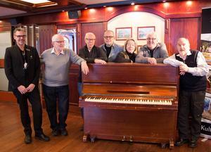Bosse Westerberg, ansvarig för event och nöje på Folkets Hus, Jan-Erik Forslund, sekreterare, Tommy Nordin, kassör, Ingvar Palm, Elisabet Harr, ordförande, Bosse Hedvall, och Lars Hagström.