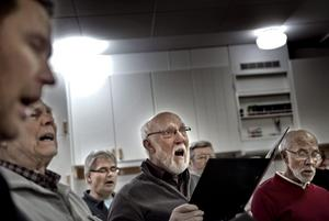 Sången som lyfter. Kamraterna i kören betyder mycket för Hans Jansson (mitten).