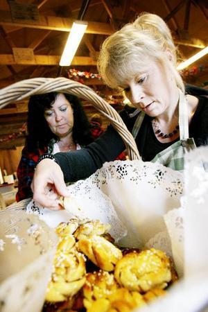 Marie Engholm och Monica Sunnebrandt inför förberedelserna med kakbordet.