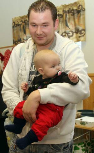 David Marcusson, Döviken, såg till att dottern Minella, 6 månader, fick uppleva sin första julmarknad i Ammer.