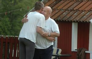 Anders Nygårds får en bamsig välkomstkram av pappa John.