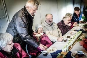 Inger Larm, t.v, åt av den 20 dm långa tårtan.