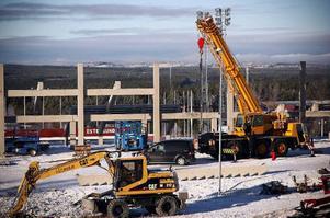Östersunds skidstadion uppgraderas. Här ser vi den senaste satsningen – en 19 trappsteg hög läktare, som byggs ovanpå den stora läktaren. Konstruktionen kommer totalt att svälja cirka 6 000 åskådare (4 000 + 2 000).  Foto: Olof Sjödin
