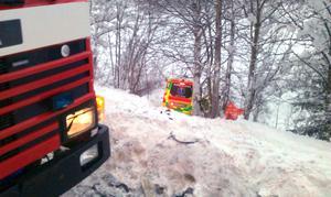 Efter frontalkrocken kastades ambulansen nedför en slänt.