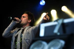 Allt ljus på Erik. Idol-Erik trivdes i Falun och Falun trivdes med Erik Segerstedt. Igår sjöng han in sommaren tillsammans med åtta andra artister på gårdagens Falukalas.
