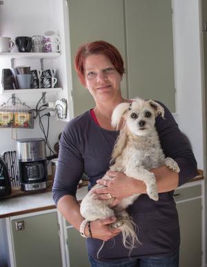 Evelina Persson och hunden Jason.