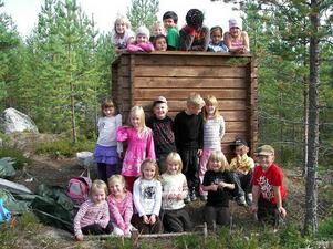 Här kommer Ytterhogdals snyggaste älgpass! Vi har ett alldeles eget jakttorn i vår skolskog på Alanäset.  Vi leker jakt och har en massa annat skoj i det. Hälsningar Alla glada barn i F-3.an, Centralskolan Ytterhogdal