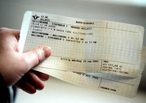 Sätt er på närmaste tågstation med en bärbar dator, mobilt bredband och en skrivare. Sälj biljetter till folk som inte har och ta 100 kronor i förköpsavgift, skriver Bertil J.