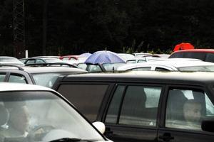 REGNET KOM. Ett och annat paraply stack upp bland bilarna.