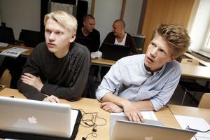 Erik Nyström och Patrik Mohlin sitter och spånar på affärsidéer.
