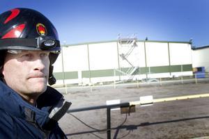 Inte oroad för ny brand. Ola Nilsson, vid Sandviks interna industribrandkår, var inte oroad under lördagen att branden vid trådavdelningen skulle blossa upp igen.
