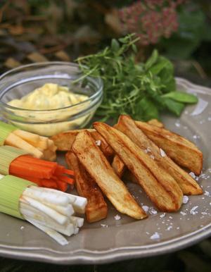Fint strimlade rotsaker med purjolöksmanschett eller egen pommes frites är gott att dippa i timjansaioli.