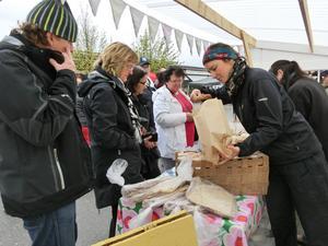 Evalena Åslund, från bageriet Lyckan, närmast kameran, hade bra fart på försäljningen tillsammans med kollegan Lina Dahlén.