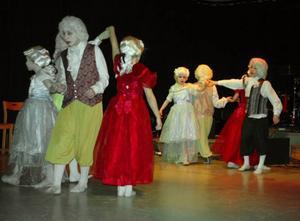 Vid jubileumsföreställningen i Svenstavik bjöd eleverna på musik, dans och teater från medeltid till nutid. Foto: Lennart Mattsson