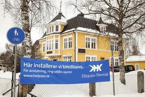 Något av ett informationskrig där Härjeåns ligger lite efter men nu har man kommit i gång och börjat sätta upp info om att man erbjuder fiber till hushåll i Sveg.