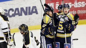 Anton Holm (längst till höger) firar ett mål.