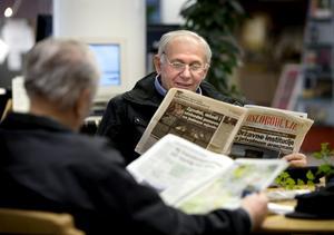 Gacic Husein läser dagstidningen Oslobodjenje som denna dag toppar ettan med att statliga företag är på väg tillbaka.