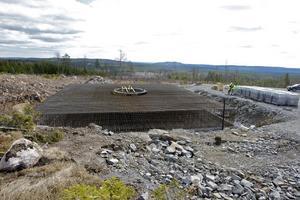 Här har just 65 ton armeringsjärn på parkens högsta punkt, 364 meter över havet, blivit klart för gjutning - borta i fjärran skymtar backarna i skidanläggningen Kungsberget