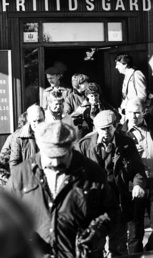 Möte i nedskärningstider 1982. Inledningsvis talas det om att de anställda ska kunna ta över verksamheten men planerna stoppas. Det spekuleras om att Jan Stenbeck har ett finger med i spelet.