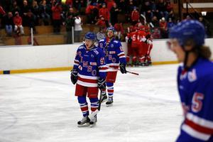 Rimbo Hockeys Jonatan Peterson och Tim Johansson deppar efter ett insläppt mål.