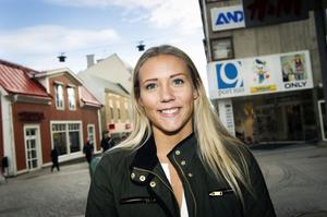 Linnea Åström, Örnsköldsvik:Vad shoppar du helst på hösten?– Jackor och varma halsdukar i lite mörkare färger som den här (visar den nyinköpta, mörkgröna, jackan med detaljer av guldfärg).