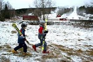 Jakob och Joel Bjelkeborn, Stockholm, kom till Kungsberget före snön för att åka skidor för första gången den här vintern. Foto: ANNAKARIN BJÖRNSTRÖM