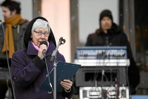 Madeleine Leijonhufvud talar vid manifestation mot sexuellt våld på Medborgarplatsen.