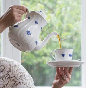 """Kaffekannor av porslin används inte så ofta nu för tiden. Det är synd, kannan ur """"Blå blom""""-serien är väldigt vacker."""