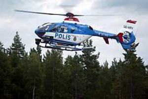 Foto: LARS WIGERT Eftersökning från luften. En polishelikopter försedd med värmekamera (framtill på landningsstället) lyfter från parkeringen vid Ove Janssons säljlager i Lund för ett nytt sökpass i skogarna runt omkring. Helikoptern avbröt sökandet under kvällen utan att ha nått något resultat,