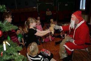 Tomten kom med julklappar till barnen.