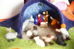 Karin har skapat flera julkrubbor i tovad ull.