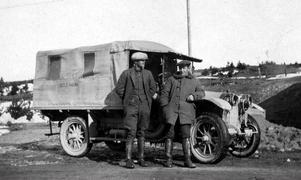 TIDIG TRAFIK. I början av 1920-talet började primitiva bussar köra folk mellan Gävle och närliggande orter. Den första Valbobussen var en lastbil med en presenning över flaket.