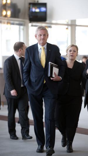 Hemma i Sverige. Utrikesminister Carl Bildt reser mycket, men i går var han med i riksdagens utrikespolitiska debatt. Bildt fick hantera oenighet i regeringen om Mellanöstern, men på andra områden var både regering och opposition överens.foto: scanpix