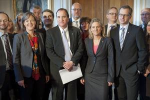 Lag Löfven. Till vänster om Stefan Löfven partisekreterare Carin Jämtin, till höger talespersonen i finanspolitiska frågor Magdalena Andersson.
