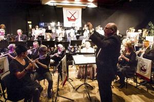 Mats Siggstedt dirigerar nyårskonserten på Röda Rummet.