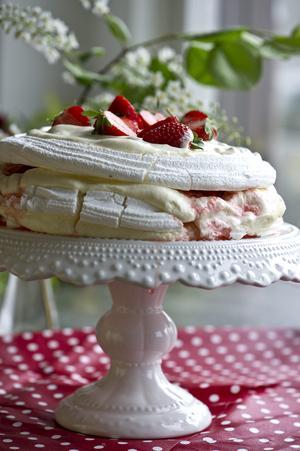 En maffig jordgubbstårta fixar du enkelt med färdiga marängbottnar. Gubbarna får sällskap av lime och lemoncurd.