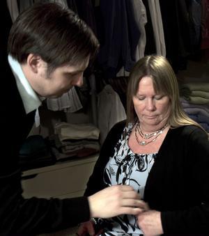 Mikrofonen måste sitta rätt. Monica får hjälp av kameraman Anders Hallengren.