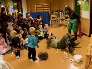 Ojoj, alla ägg ramlar ur, när Pettson blir knuffad när tjuren jagar findus Ska det bli någon tårta, tro? Bild: Lena Larsson.